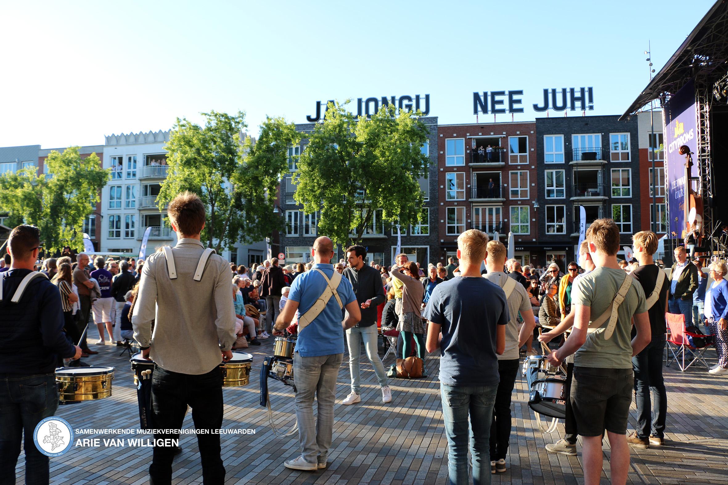 Drummers tijdens opening cityproms Leeuwarden